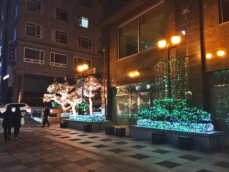 ホテル前のネオン